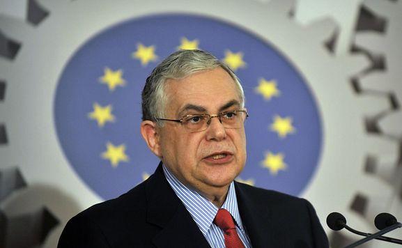 Früherer griechischer Regierungschef Papademos bei Öffnen einer Briefbombe