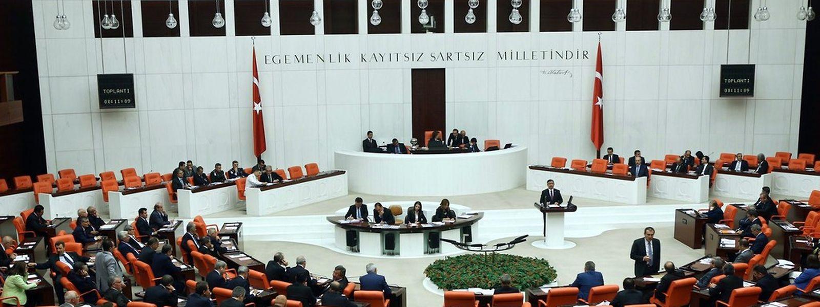 298 türkische Abgeordnete stimmten im Parlament für die Resolution, 98 votierten dagegen.