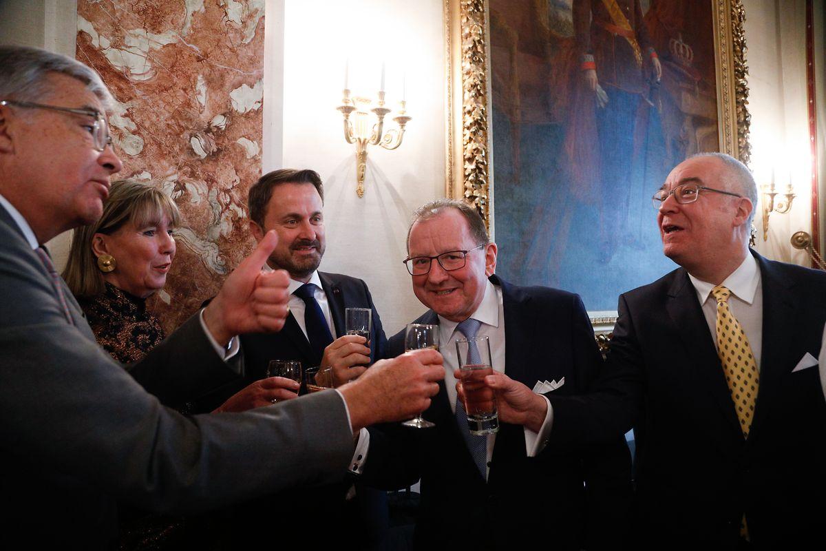 Daumen hoch für Claude Frieseisen (r.): Die Abgeordneten Laurent Mosar und Lydie Polfer stoßen gemeinsam mit Premierminister Xavier Bettel und Parlamentspräsident Fernand Etgen auf den scheidenden Generalsekretär an.
