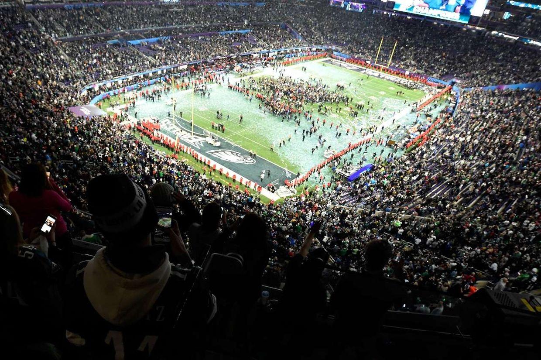 Les Philadelphia Eagles célèbrent leur succès sur le terrain de U.S. Bank Stadium de Minneapolis.