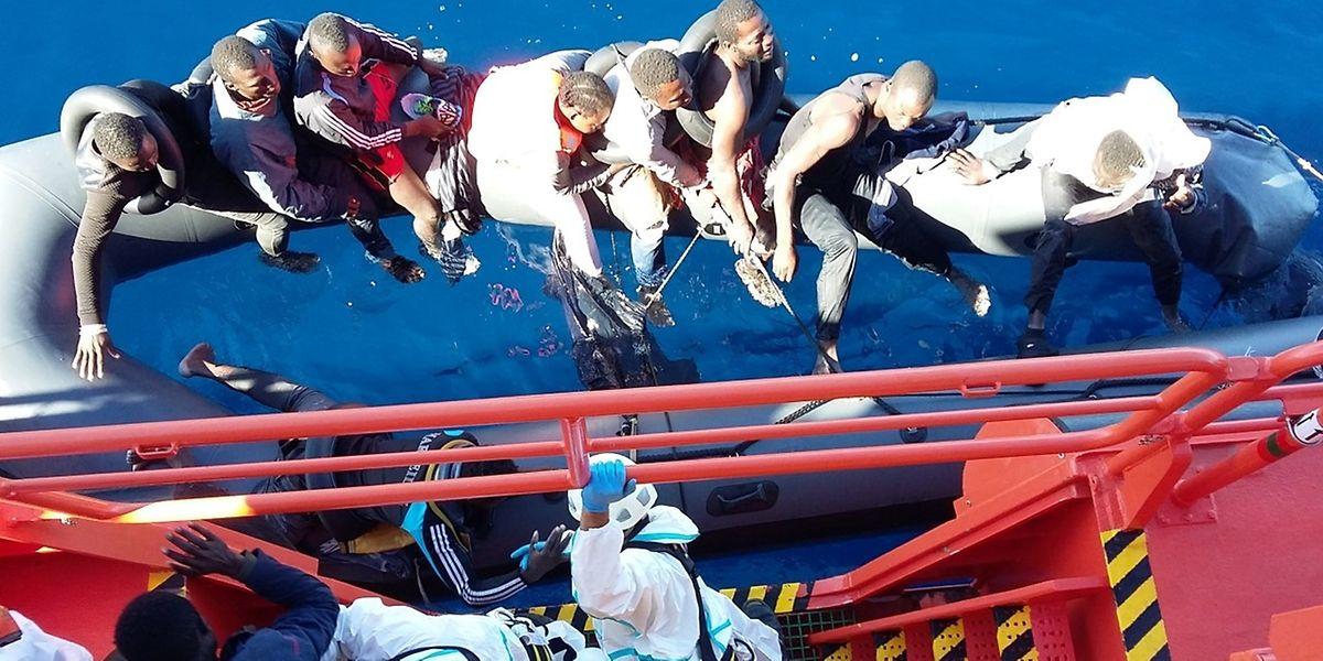 Die spanische Küstenwacht rettet Afrikaner von einem Schlauchboot vor Spanien. Zwischen Marokko und dem europäischen Staat ist die Distanz über das Meer gering.