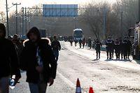 03.03.2020, Türkei, Edirne: Migranten und Polizisten betreten die Pufferzone zwischen Griechenland und der Türkei. Foto: Michael Bunel/Le Pictorium Agency via ZUMA/dpa +++ dpa-Bildfunk +++