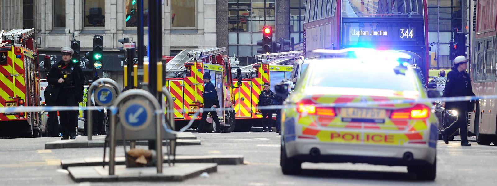 Die Polizei sperrte die London Bridge weiträumig ab.