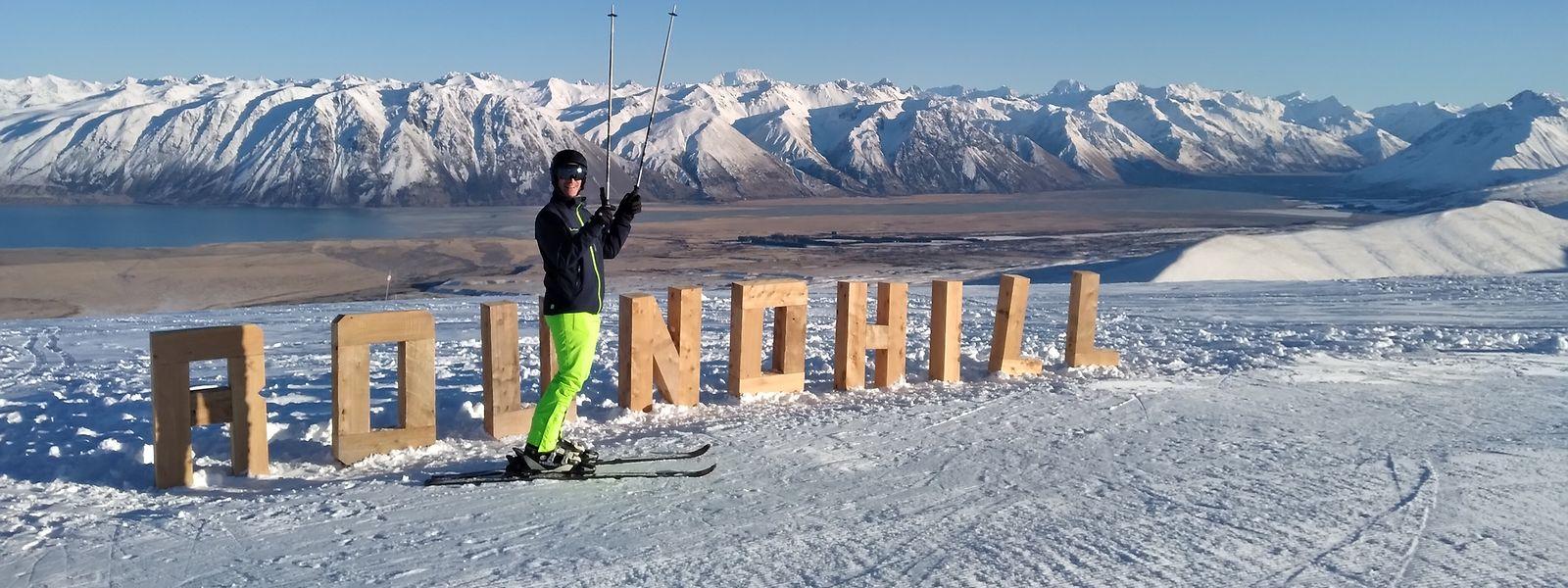 Ungewöhnliche Kulisse: Autor Matthias Stadler im Skigebiet Roundhill mit Blick auf den Lake Tekapo und die neuseeländischen Alpen. ⋌