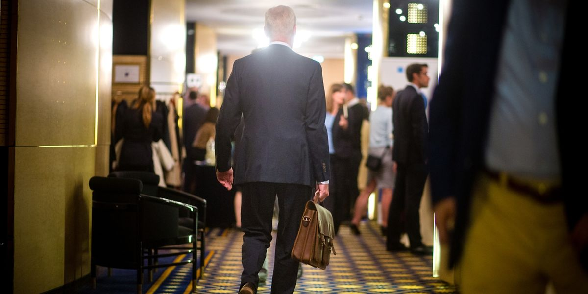 Ce jeudi après-midi, dans les couloirs du sous-sol de l'hôtel Royal qui donnent accès à ses salons, banquiers etavocats s'affairent. Le symposium de Bloomberg sur les family offices va commencer.