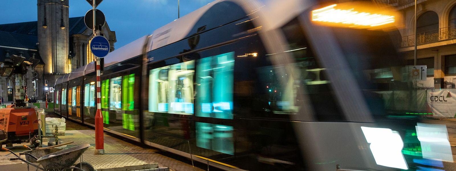 Neuer Anblick, hier bei Nacht: Schon seit einigen Wochen ist die Tram am Boulevard Royal und in der Avenue de la Liberté auf Probefahrt.