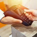 População dividida entre pagar com dinheiro ou cartão de crédito