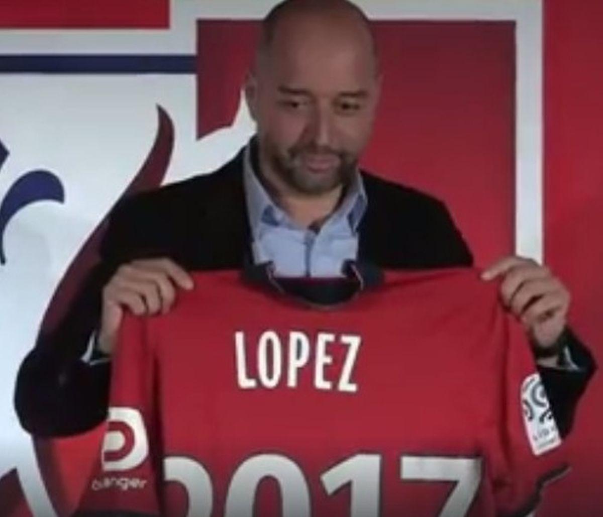 Gerard Lopez et le maillot du Losc floqué à son nom en fin de conférence de presse.