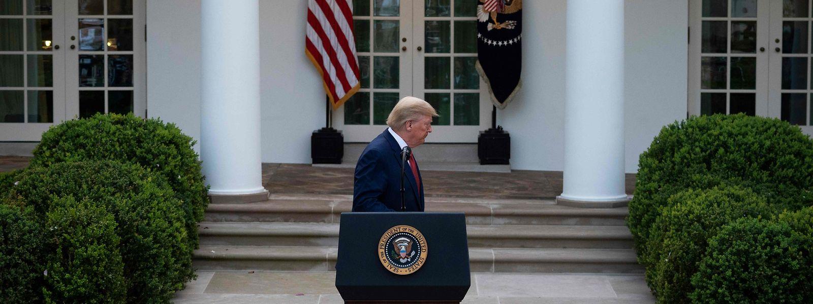 Trump verlässt das Rednerpult nach seiner Ansprache.