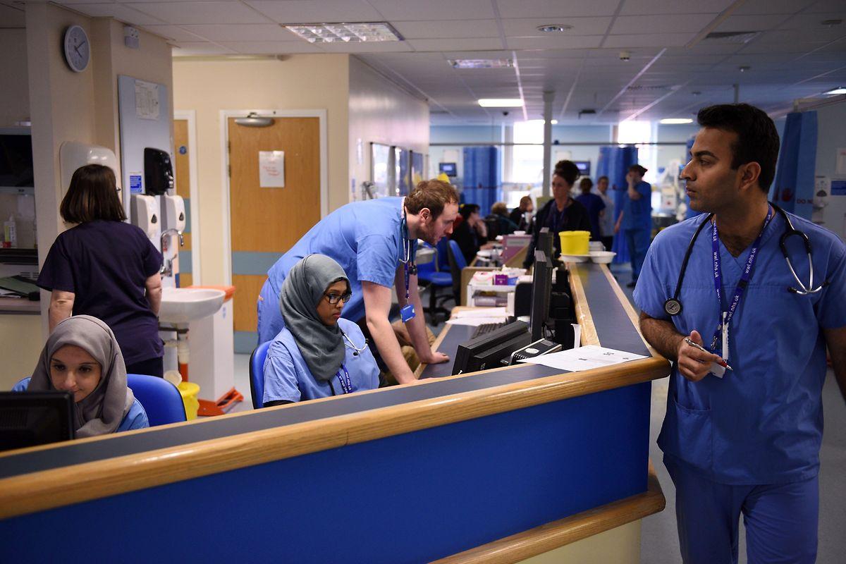 Viel zu tun: Administrative Arbeiten gehören ebenso zum täglichen Geschäft des Krankenhauspersonals, der Ärzte und Schwestern  wie die Pflege der Patienten.