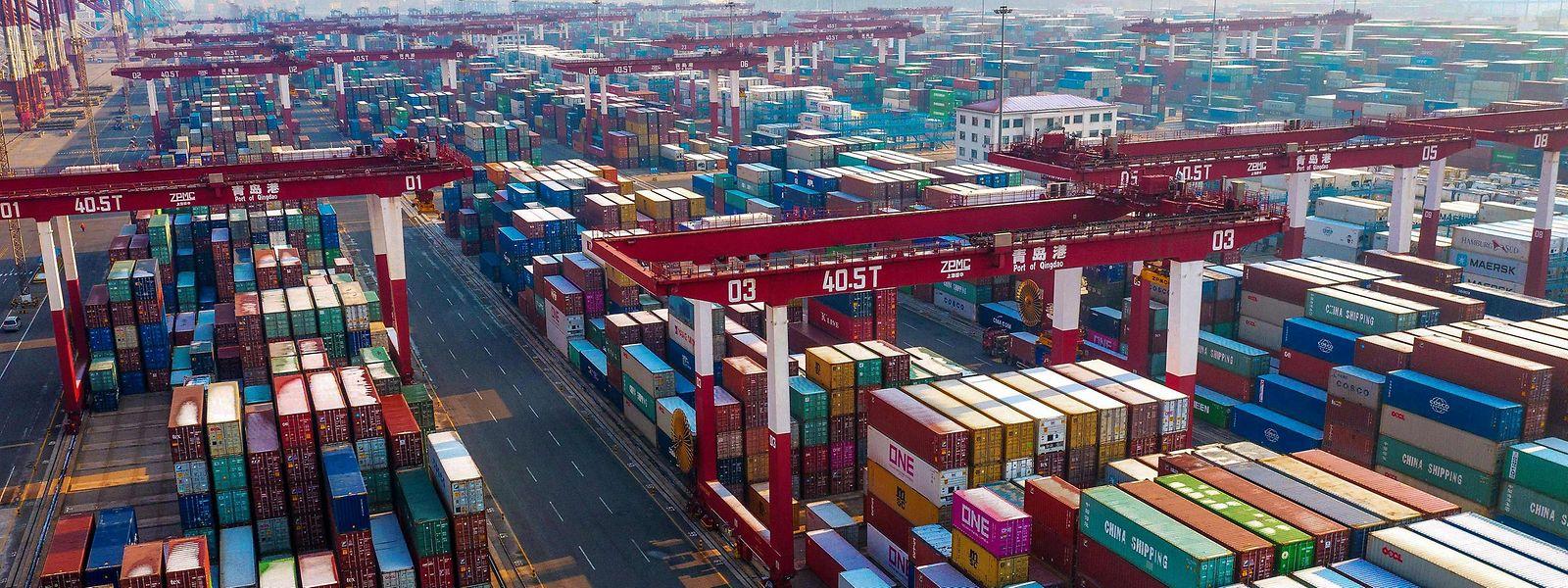 Die Häfen in China quillen über: viele der Container hier enthalten Komponenten, die in Europa benötigt werden.