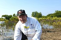 """HANDOUT - 22.04.2021, Myanmar, Yangon: Der deutsche Koche Oliver Esser bei einem Umweltschutzprojekt, das er in Myanmar unterstützt. (zu dpa """"«Totaler Schock»: Wie ein deutscher Koch das Grauen in Myanmar erlebt"""") Foto: Oliver Esser/dpa - ACHTUNG: Nur zur redaktionellen Verwendung im Zusammenhang mit der aktuellen Berichterstattung und nur mit vollständiger Nennung des vorstehenden Credits +++ dpa-Bildfunk +++"""