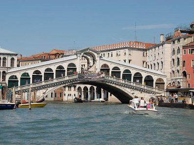 Die Rialtobrücke in Venedig ist ein beliebtes Touristenziel.