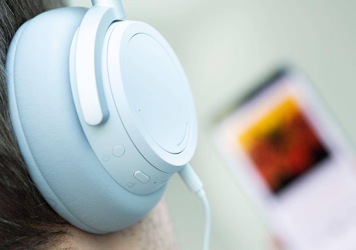 Ist der Akku leer oder Bluetooth keine Option, kommt der Ton auch per 3,5-Millimeter-Klinke auf die Ohren.