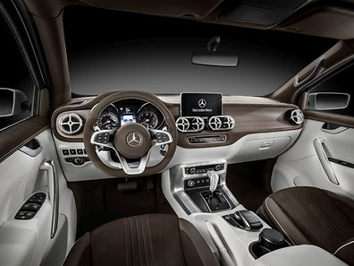 """Im Interieur des Concept X-Class stylish explorer setzt Mercedes-Benz unter anderem auf braunes Nubukleder und """"offenporige, geräucherte Eiche""""."""