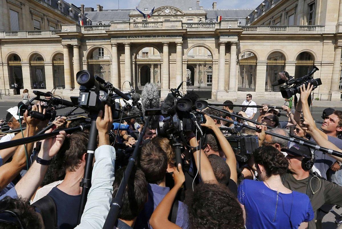 Tumult schon bei der Bekanntgabe des Urteils: Journalisten drängeln sich am Conseil d'Etat.