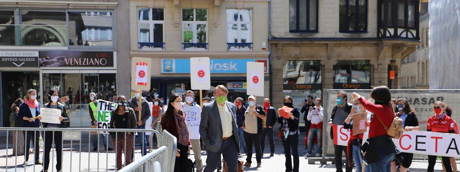 Obwohl das Demonstrationsrecht wegen der Corona-Krise eingeschränkt ist, wurden die Abgeordneten vor dem Cercle Cité von Aktivisten empfangen.