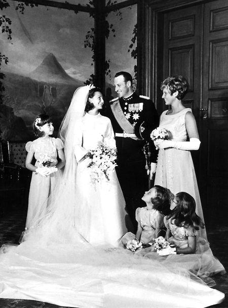 Kronprinzessin Sonja und Kronprinz Harald von Norwegen 1968 beim offiziellen Hochzeitsfoto mit ihren Blumenkindern und der Brautjungfer Anita Henriksen (r.) im Königlichen Schloss in Oslo.