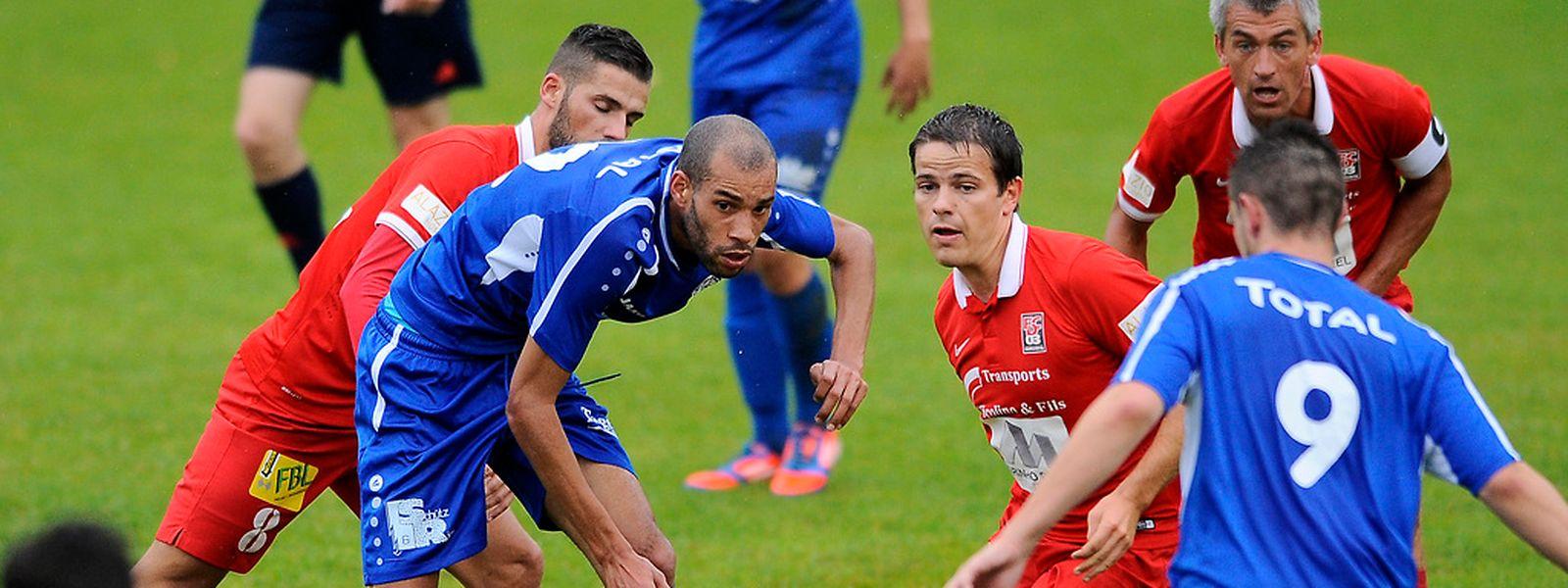 François Thior et Andy May connvoitent le ballon. Le dernier mot est revenu aux Rouges de Differdange!