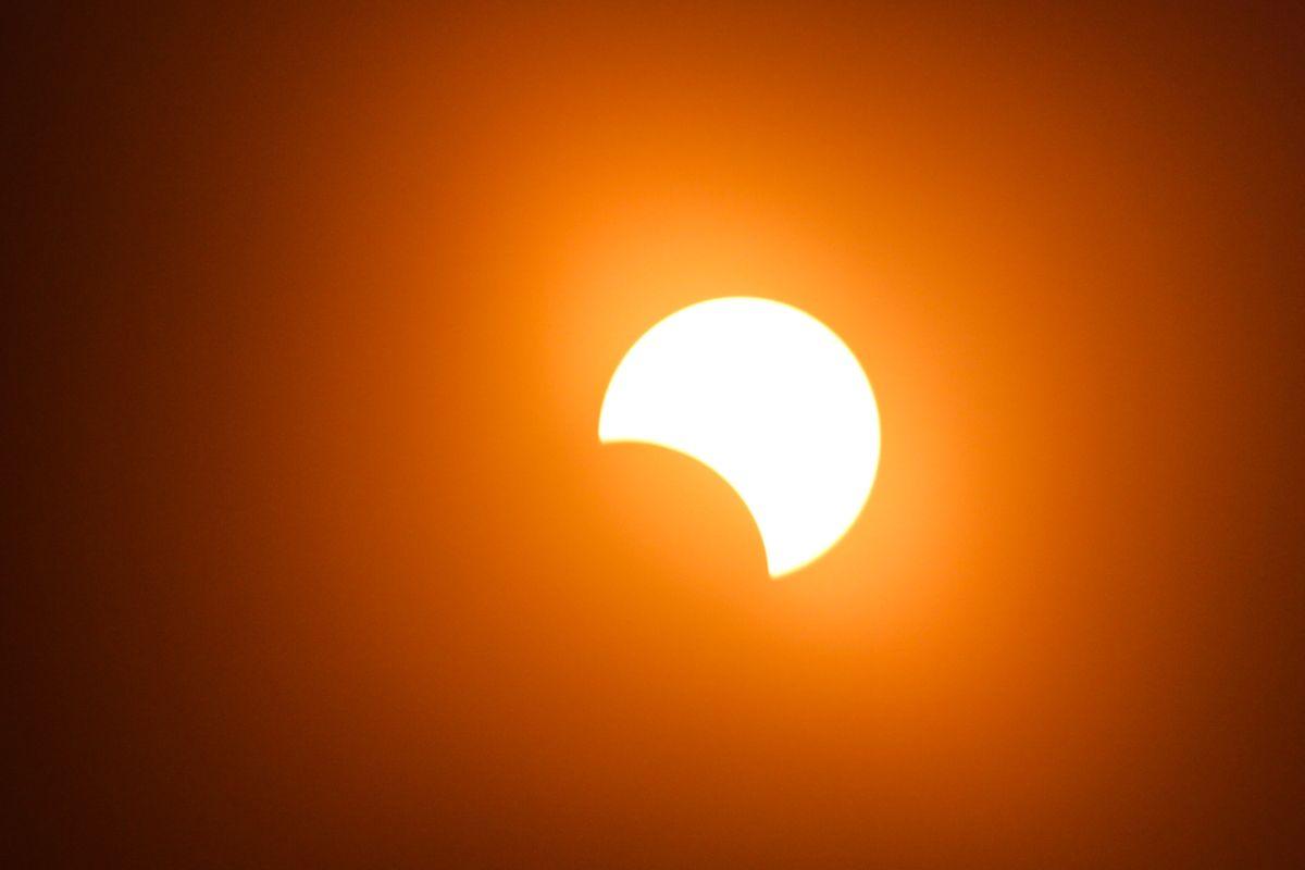 Der Mond schiebt sich über die Sonne.