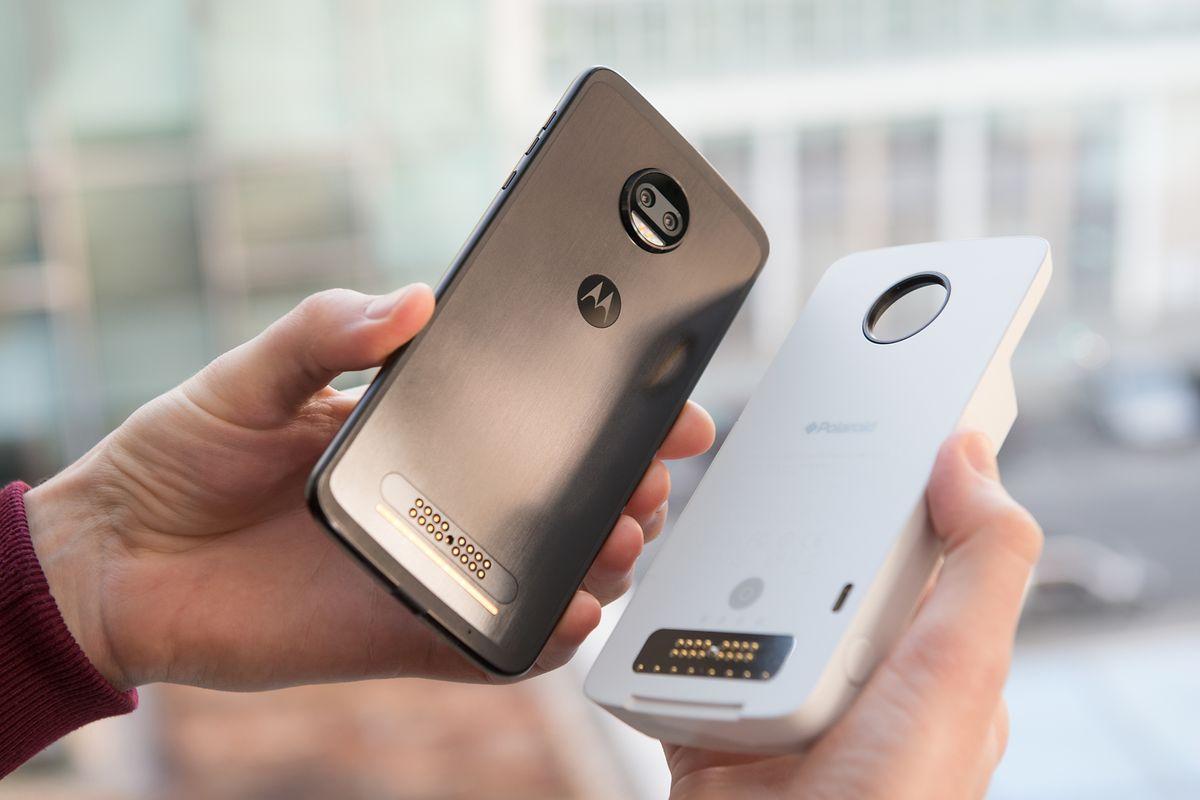 Das passende Moto-Z-Smartphone zum Drucker (links) gibt es ab circa 400 Euro. Der Insta-Share Printer von Polaroid kostet rund 160 Euro.