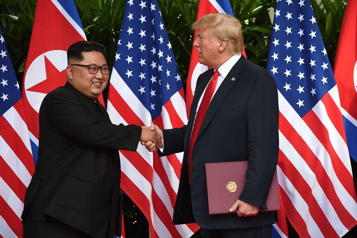 A cimeira histórica entre o Presidente dos Estados Unidos e o líder da Coreia do Norte, em Singapura, terminou com um simbólico aperto de mão entre Donald Trump e Kim Jong-un.