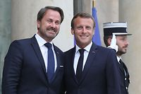 French President Emmanuel Macron (R) welcomes Luxembourg's Prime Minister Xavier Bettel (L) before a meeting at the Elysee palace in Paris on September 17, 2019. (Photo by Ludovic MARIN / AFP)