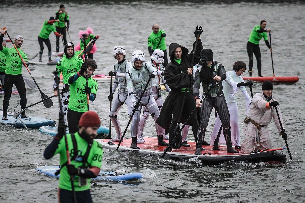 L'Empire contre-attaque toujours : même pendant les courses de paddle sur la Seine. Joli clin d'œil.