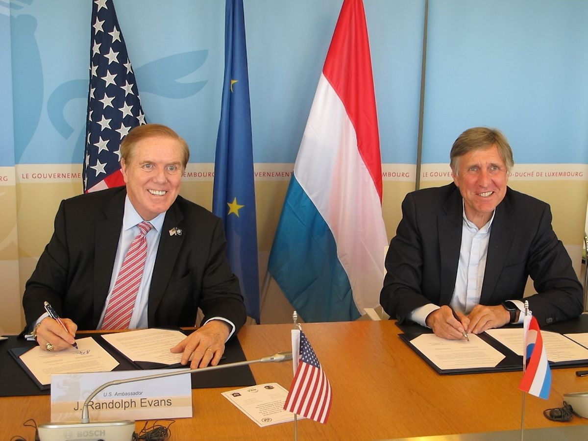 François Bausch le ministre luxembourgeois de la Défense, et l'ambassadeur des Etats-Unis à Luxembourg, J. Randolph Evans, ont signé un mémoire d'entente portant sur les activités de WSA.