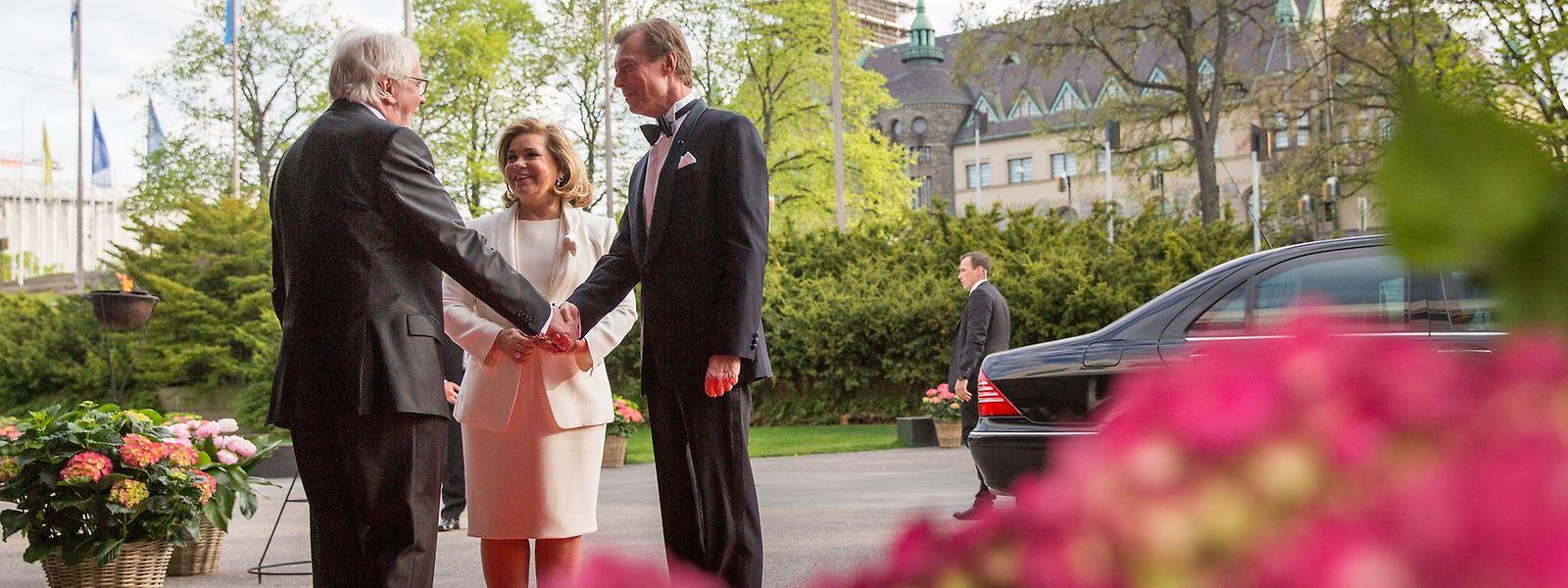 Hofmarschall Lucien Weiler begrüßt das großherzogliche Paar vor der Finlandia-Halle.
