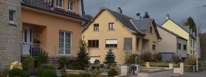 Das Haus vorne im Bild gehört zur Gemeinde Fels, das dahinter zur Äerenzdallgemeng.