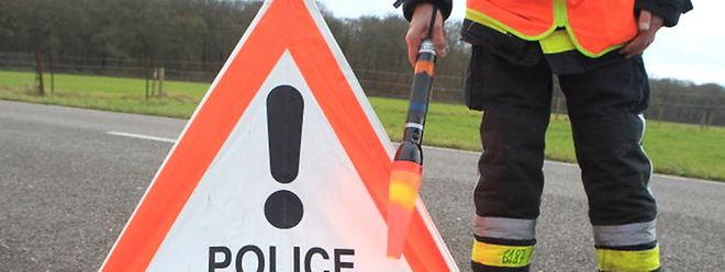Die Polizei sucht den Unfallverursacher, der sich auf der Flucht befindet.