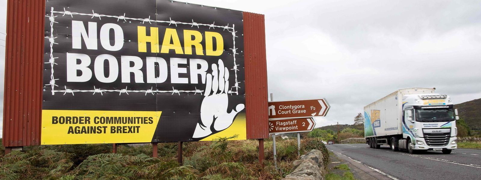 Im nordirischen Newry an der Grenze zu Irland wirbt ein Plakat gegen eine harte Grenze.