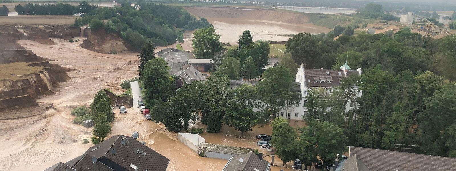 Die Überschwemmungen in Erftstadt-Blessem haben Häuser unterspült und zum Einsturz gebracht.