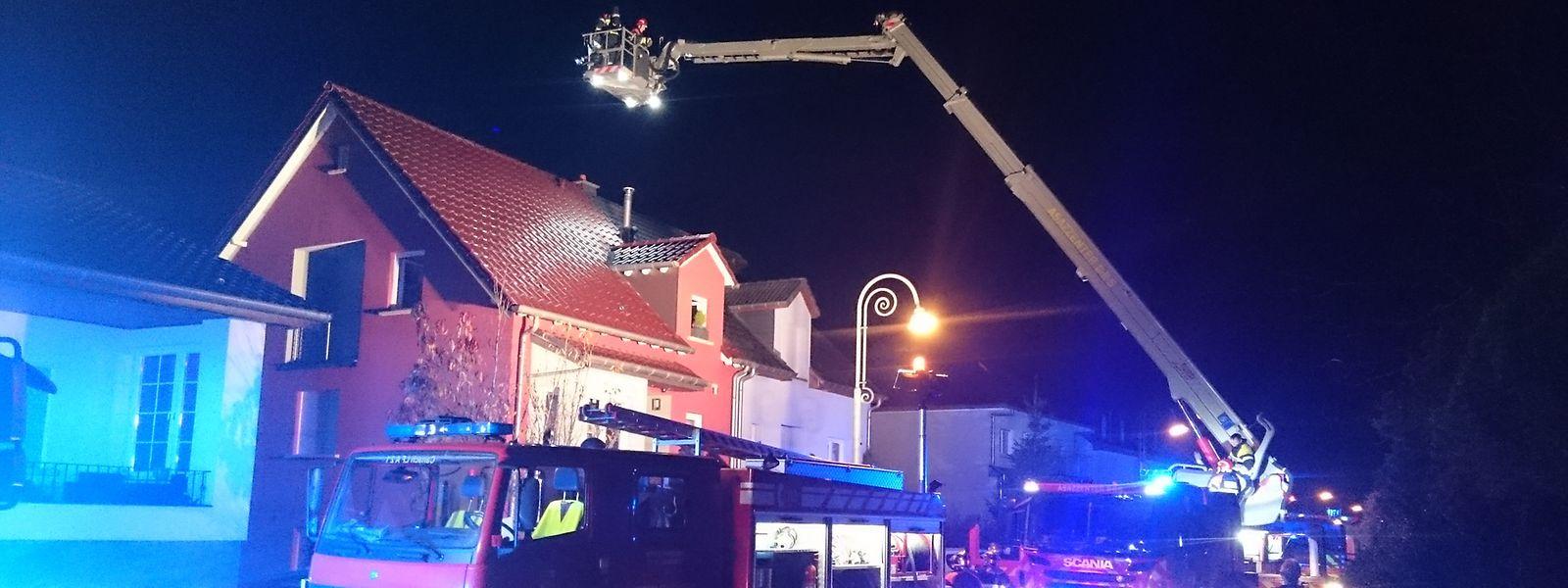 Die Feuerwehr musste die Kaminverkleidung abtragen.