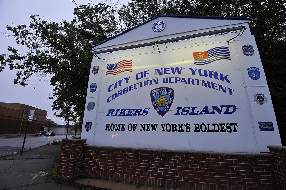 Der Eingang des Gefängniskomplexes auf Rikers Island.
