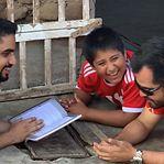 Milionário muda vida de menino que estudava à luz da via pública