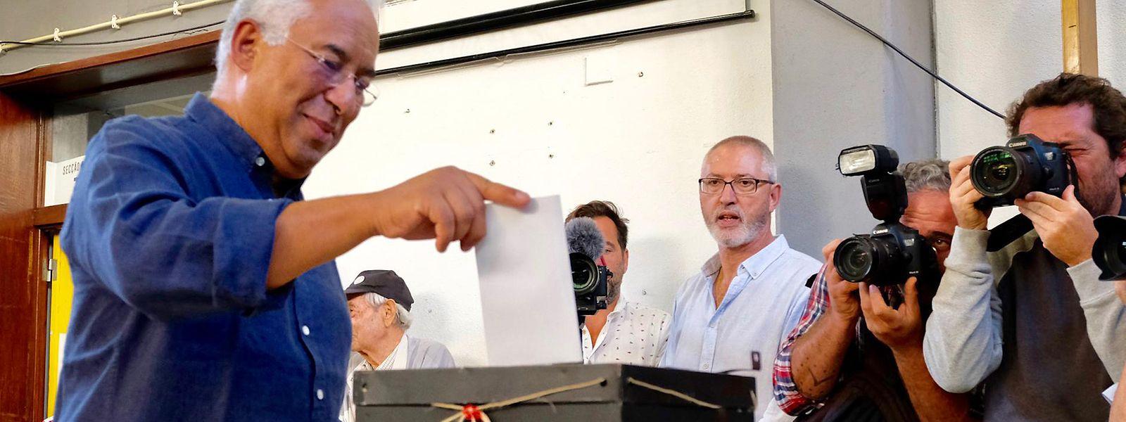 """Antonio Costa, amtierender Premierminister Portugals und Kandidat der Sozialistischen Partei, wirft seinen Stimmzettel im Wahllokal ein. Die Regierungspartei errang bei der Parlamentswahl ersten Prognosen zufolge einen klaren Sieg. Nach einer Prognose des staatlichen Fernsehsenders """"RTP"""" erhielt die Sozialistische Partei (PS) von Ministerpräsident Costa am Sonntag 34 bis 39Prozent der Stimmen."""