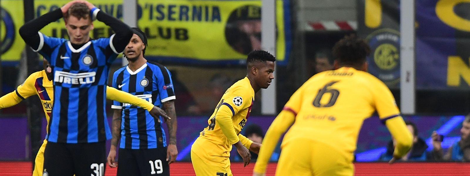 Barças Ansu Fati (M.) trifft zum 2:1 - und damit mitten ins Herz von Inter Mailand.