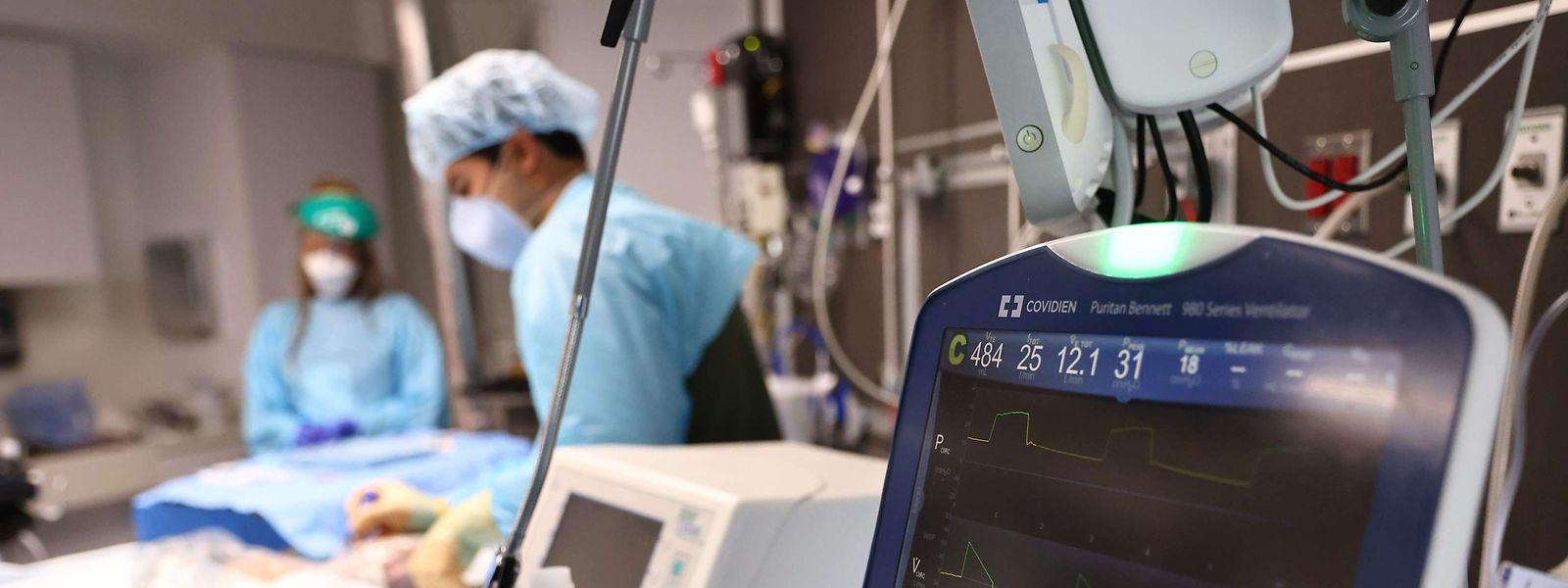Estão internadas 353 pessoas, mais quatro do que na quarta-feira, das quais 57 em cuidados intensivos.