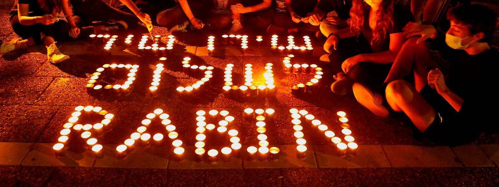 25.000 Gedenkkerzen wurden auf dem Rabin-Platz vor der Stadtverwaltung in Tel Aviv entzündet in Erinnerung an die Ikone der Friedensbewegung in Israel.