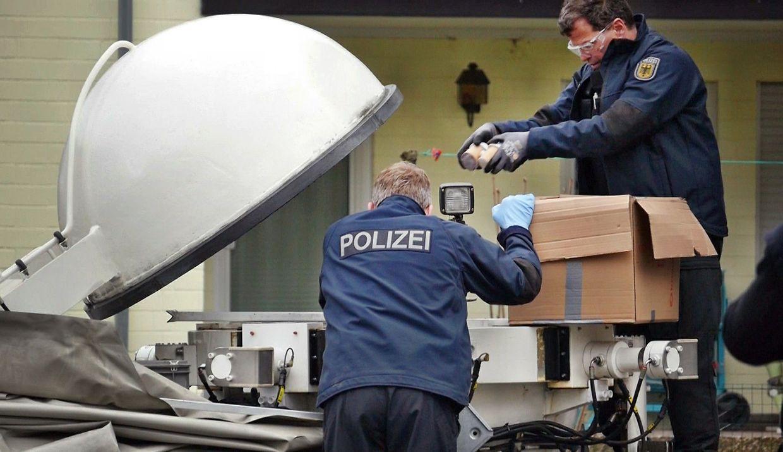 Beamte sichern beschlagnahmte Feuerwerkskörper in einem Spezialbehälter.