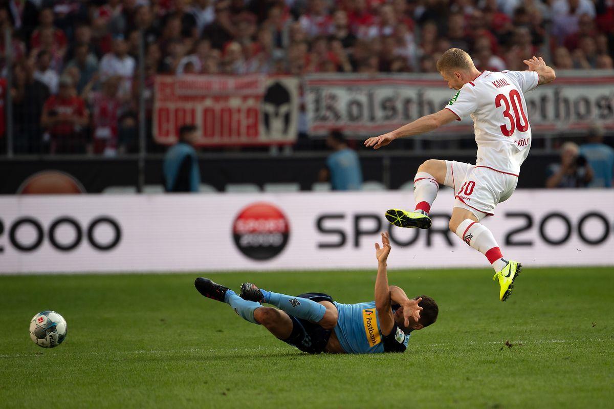 Gladbachs Stefan Lainer geht gegen Kölns Florian Kainz (r.) volles Risiko.