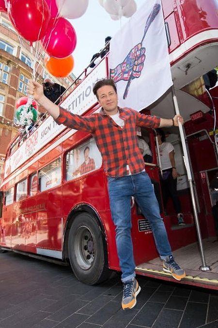 Der TV-Koch bei einer Kampagne für gesündere Schulmahlzeiten im Jahr 2015.