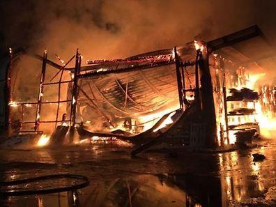Les flammes ont détruit tout le hall. Sa toiture s'est complètement effondrée.