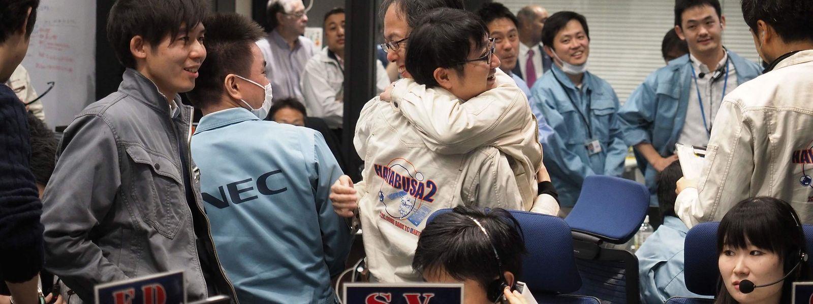 Freude im Kontrollzentrum der japanischen Raumfahrtbehörde ISAS.