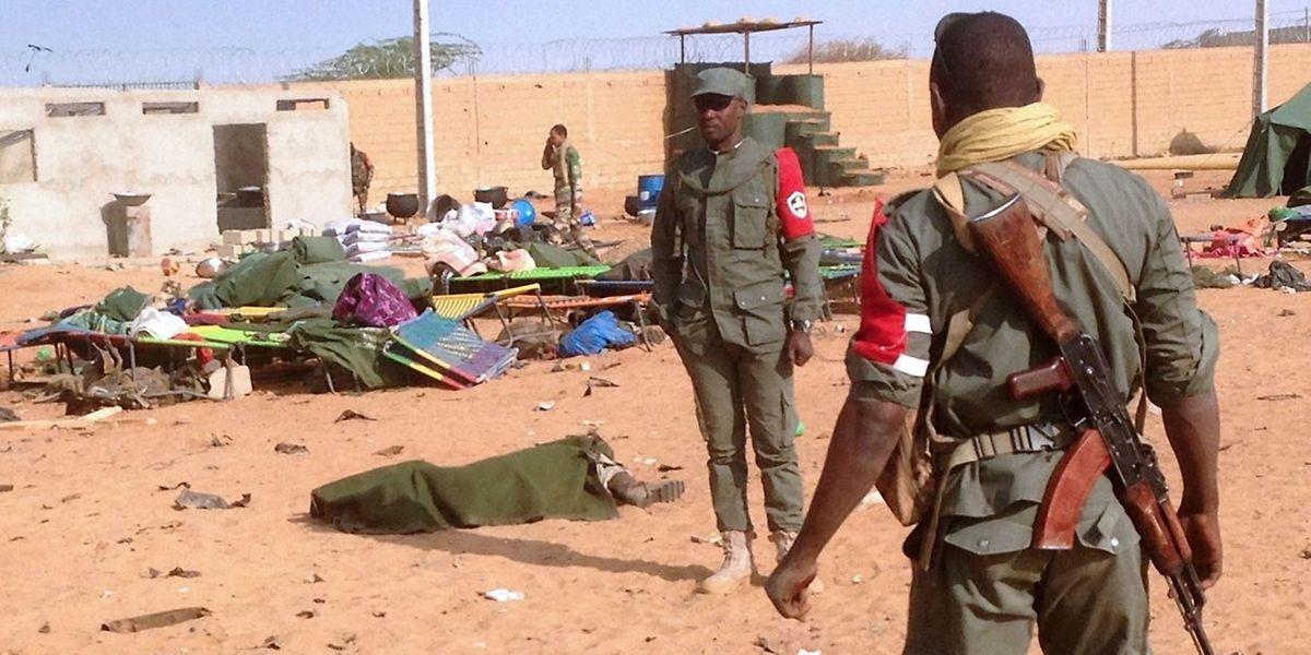 Militärpolizei untersucht den Anschlagsort.