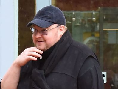 Internet mogul Kim Dotcom leaves with his girlfriend Elizabeth Donelly following his extradition appeal at the High Court in Auckland on August 29, 2016.  Internet mogul Kim Dotcom launched his appeal against extradition from New Zealand to the United States on August 29 arguing for his case to be live-streamed to ensure a fair hearing. / AFP PHOTO / KATE DWEK