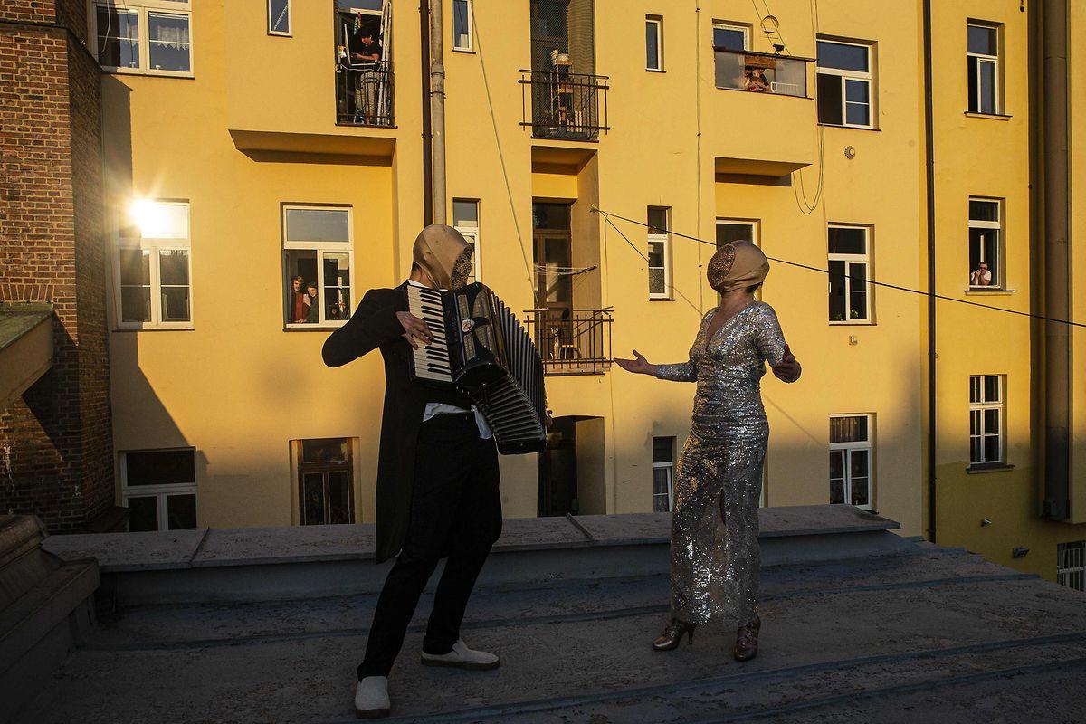 Deux musiciens sur les toits de Prague.