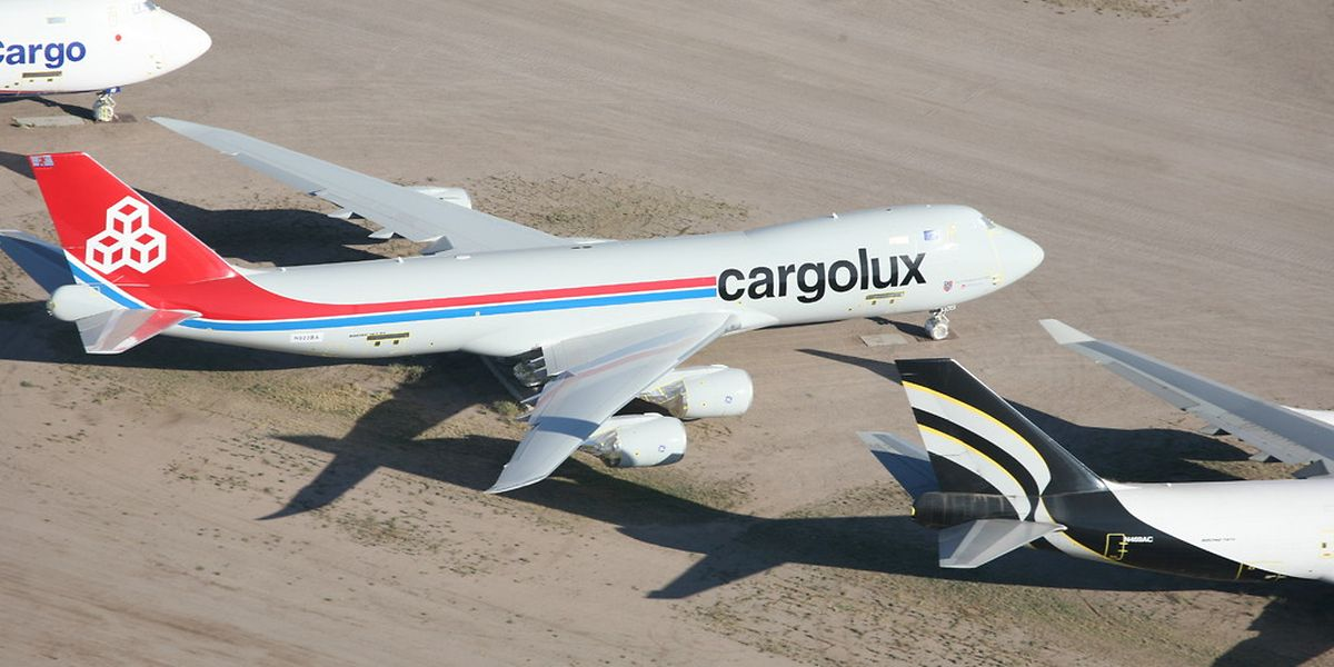 Neben der Cargolux-Maschine stehen eine ebenfalls fabrikneue B747-8F von Nippon Cargo und rechts daneben eine etwas ältere B747-400F von Southern Air. Über 200 noch flugtaugliche Maschinen warten hier auf neue Einsätze.